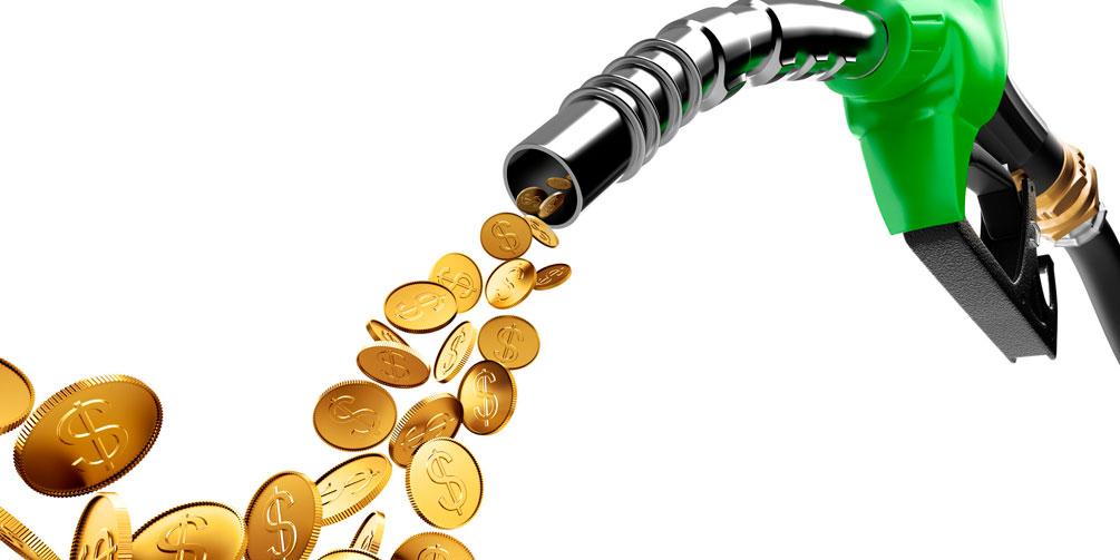Por qué los precios del petróleo caen la gasolina crece